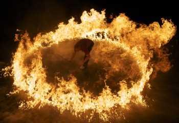 Resultado de imagen para hombres en circulos de fuego